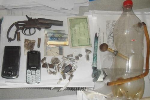 Arma e droga apreendia em Iguaí (500x333)
