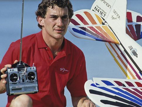 O tricampeão de F1 Ayrton Senna e uma de suas paixões, o aeromodelismo (Instituto Ayrton Senna/ Creative Commons)
