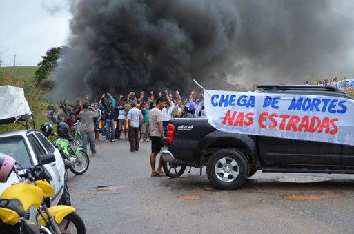 Manifestantes fecham trecho da BA 262 | Foto: Portal Poções