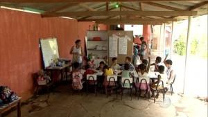 Alunos assistem aula em área de um bar (Imagem: Portal G1)