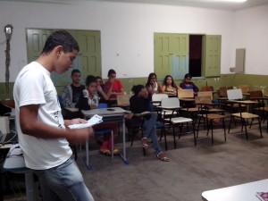 Estudante Vitor Hugo, explica os alunos como será as regras do curso (Foto: Iguaí Bahia)