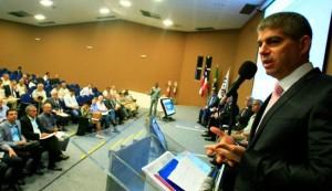 Secretário Maurício Barbosa falou para cerca de 40 prefeitos durante encontro. (Foto: UPB)