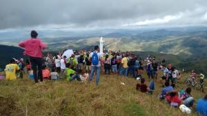 A tradicional Romaria levou diversas pessoas para subirem a Serra do Ouro. (Foto: FacebooK)