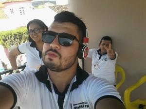 Equipe da Rádio Iguaí FM na cobertura do desfile cívico no camarote 104.9 (Foto: Divulgação/Facebook)