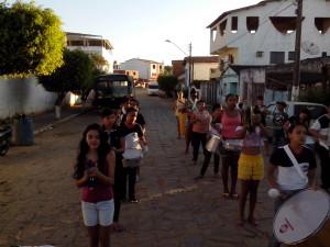 Ensaios da fanfarra pelas ruas da cidade (Foto: Iguaí Bahia)