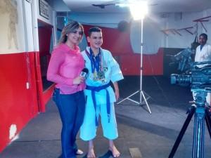 Izaac Matos com a equipe de reportagem da TV Sudoeste (Foto: Divulgação)
