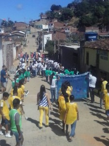 O desfile percorreu as ruas da cidade (Foto: Divulgação / Facebook)