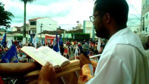 Pe. André Costa recepcionando a Chegada da Bandeira 2016 (Foto: IguaíBAHIA)